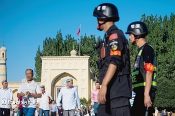 patrouille-police-devant-mosquee-Kashgar-province-Xinjiang